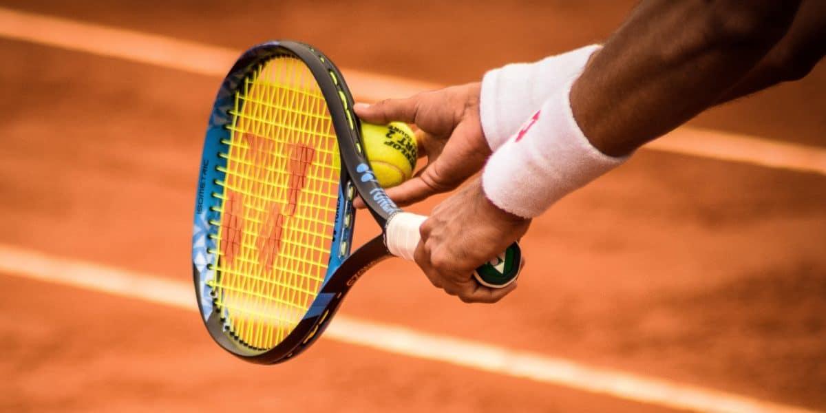 jogador de tênis de quadra utilizando uma munhequeira esportiva