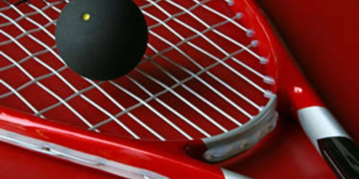 O formato da garganta das raquetes de squash acaba afetando o padrão de encordoamento.