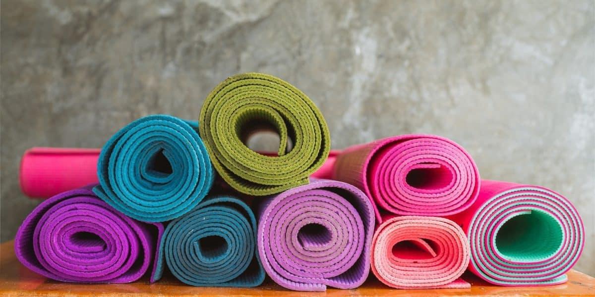 Quanto menor a espessura, mais fácil é enrolar e guardar o tapete de yoga